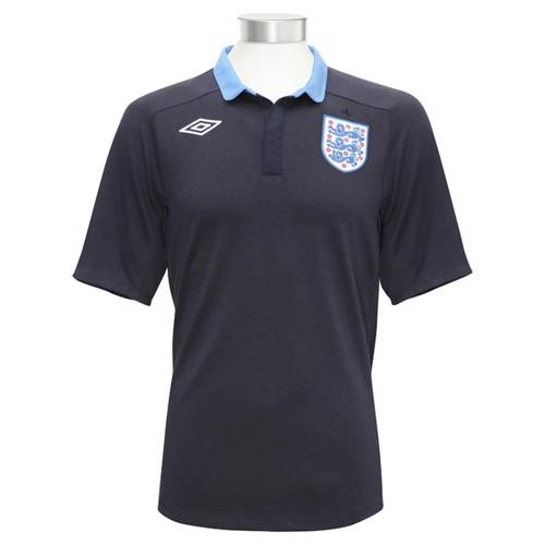 Дэвид Хэй рекламирует майку сборной Англии по футболу.
