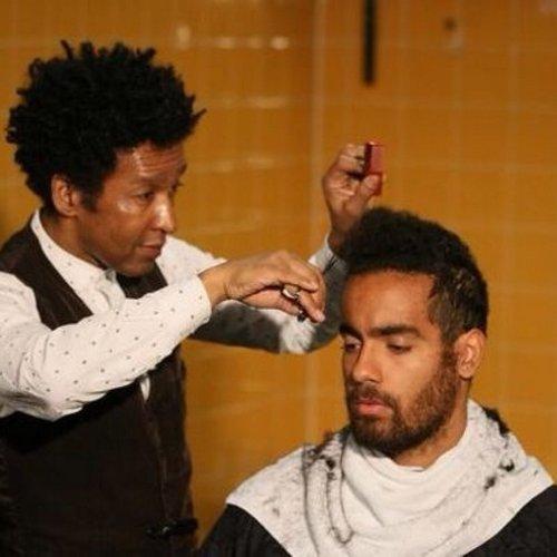 Том Хаддлстоун и парикмахер