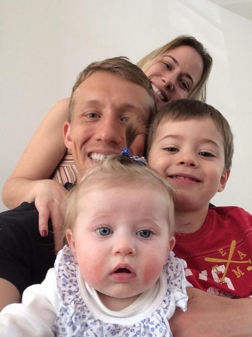 Лукас Лейва с семьей