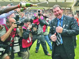 Брайан Робсон празднует спасение в Премьер-Лиге