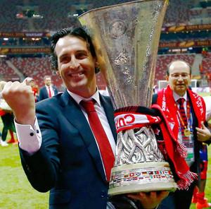 Унаи Эмери с трофеем Лиги Европы