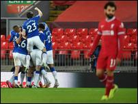 Эвертон празднует гол против Ливерпуля